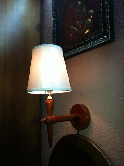 Đèn treo tường gỗ chao nón Vinabt