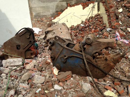 Phá dỡ công trình phố Linh Lang