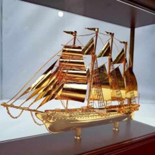 Thuyền buồm doanh nhân dát vàng