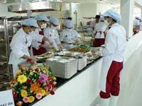 Nhân viên chuẩn bị suất ăn