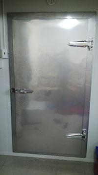 Cửa kho lạnh có bản lề