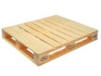 Pallet gỗ chứa hàng trong kho