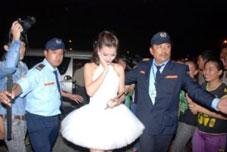 Bảo vệ ca sỹ Đông Nhi