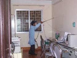 Phun thuốc diệt ruồi muỗi