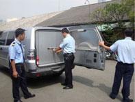 Bảo vệ áp tải tiền hàng