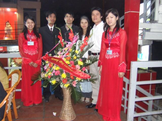 Cán bộ nhân viên trong lễ khai trương công ty