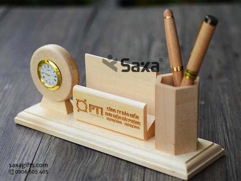 Quà để bàn gỗ