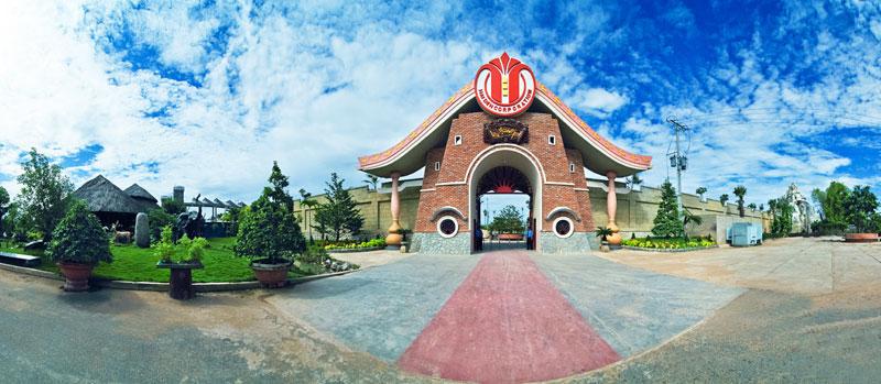 Cổng chính vào khu du lịch Vạn Hương Mai