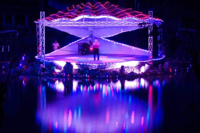 Sân khấu về đêm bên cạnh hồ nhân tạo