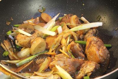 Thịt gà kho nấm thơm ngon