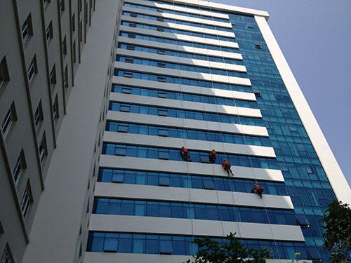 Vệ sinh kính tòa nhà