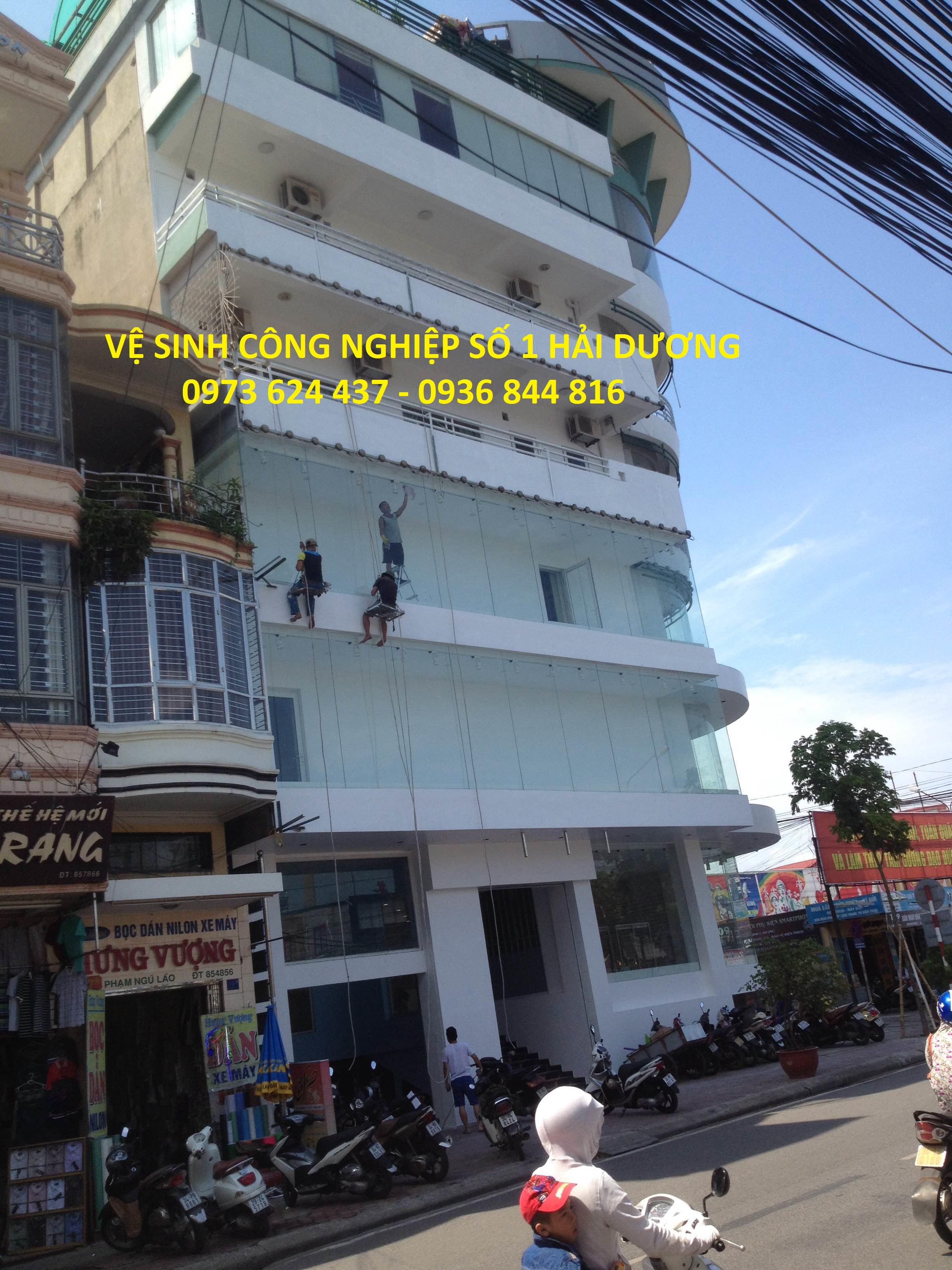 DV lau kính tòa nhà