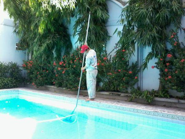 Vệ sinh bể bơi