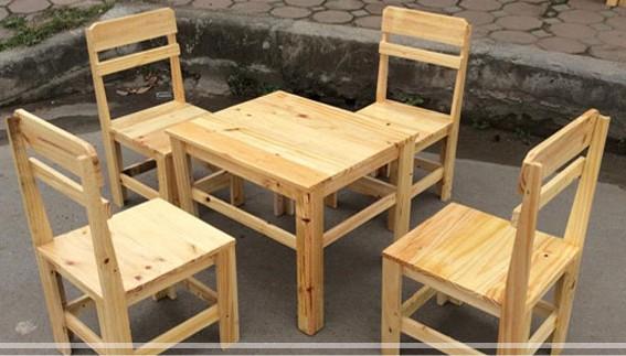 Bàn ghế gỗ quán cà phê