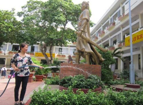 DV chăm sóc cây cảnh trường học