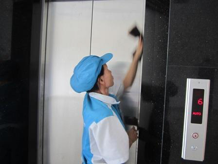 Làm sạch khu vực thang máy