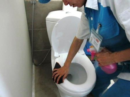 Làm sạch toilet