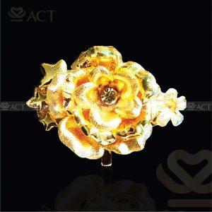 Hoa hồng cài áo dát vàng