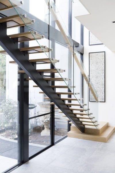 Thiết kế thi công cầu thang kính