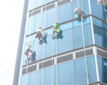 Vệ sinh tòa nhà lau kính trên cao