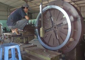 Gia công mặt bích 1.6m trên máy tiện đầu vòi