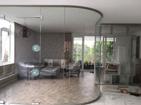 Vách kính cong cửa bản lề sàn