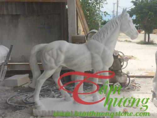 Ngựa đá trắng