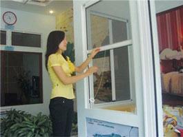 Cửa lưới ngăn muỗi tự cuốn