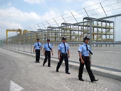 Bảo vệ cổng trường